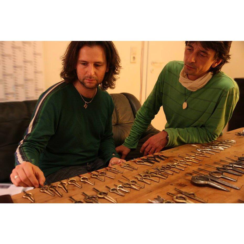 Clemens und Roxi testen Murchunga Maultrommeln aus Nepal -